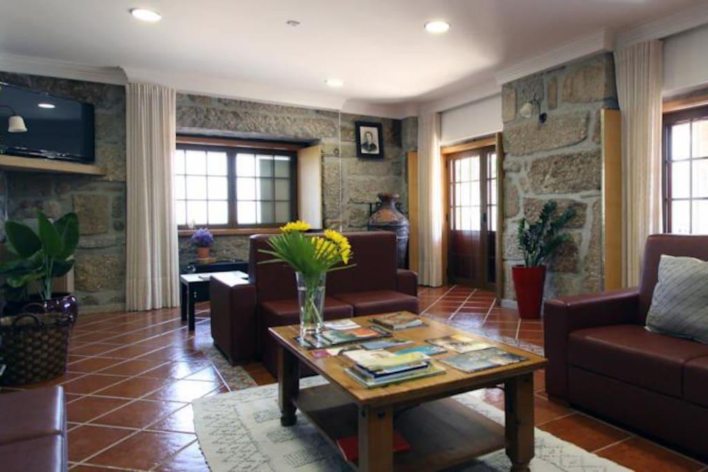 Sala de estar partilhada com lareira, piano, televisão, jogos de mesa, wi-fi