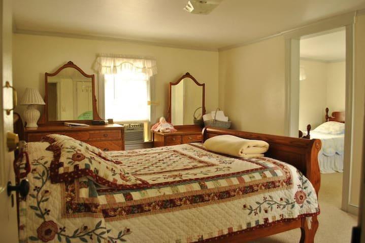 Room 3 - 1 queen & 2 twin beds