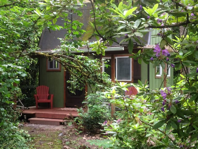 Cottage/studio - trees, river, bikepath. Portland+