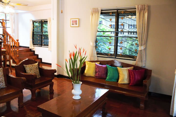 Old city house near the park for your group maisons for Classic house chiang mai