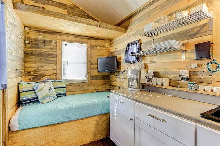 Sitting area/twin bed