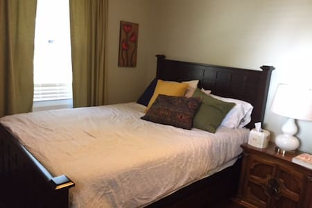 Cozy room in a charming Tosa. Free room for kids. - Casa