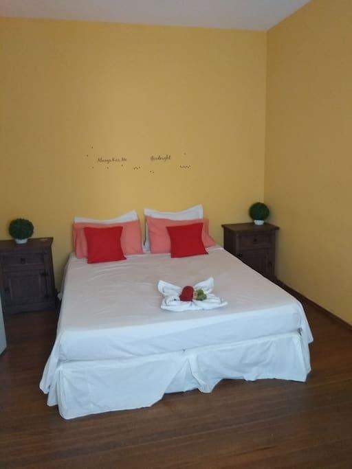 dormitorio con cama  king SIDE,espacioso y confortable!