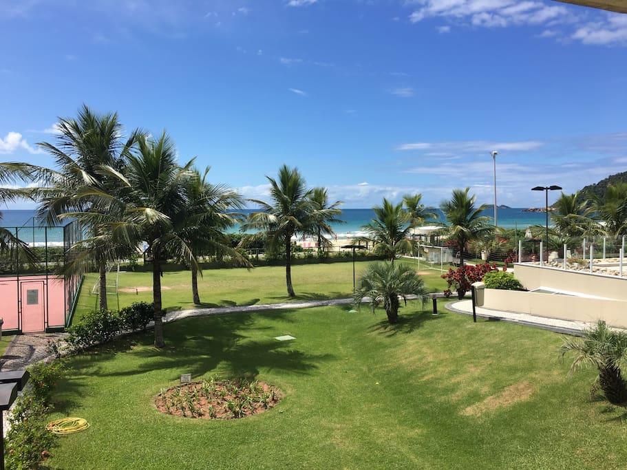 Vista da mesma sacada do portão de acesso ao mar e piscina ao lado.