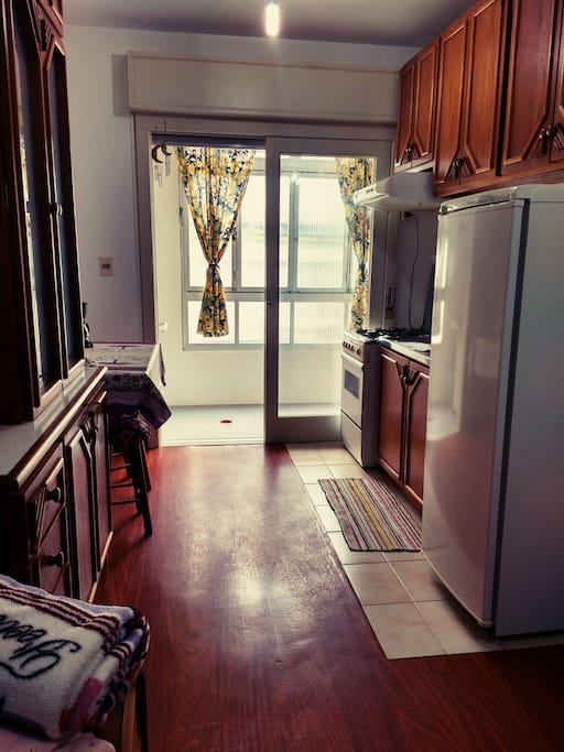 Ambiente pronto para entrar, com todos os eletrodomésticos disponíveis para uso.