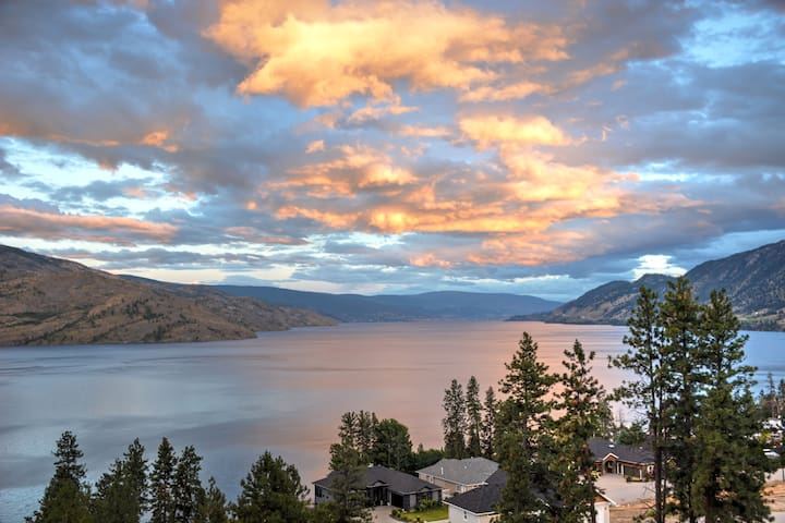 **Panoramic Views, Lake Luxury, Groups Welcome** - Peachland - House
