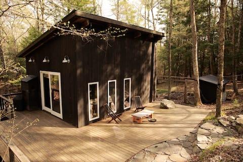 Cabana de Oliveira Negra na Floresta - Isolada, Moderna