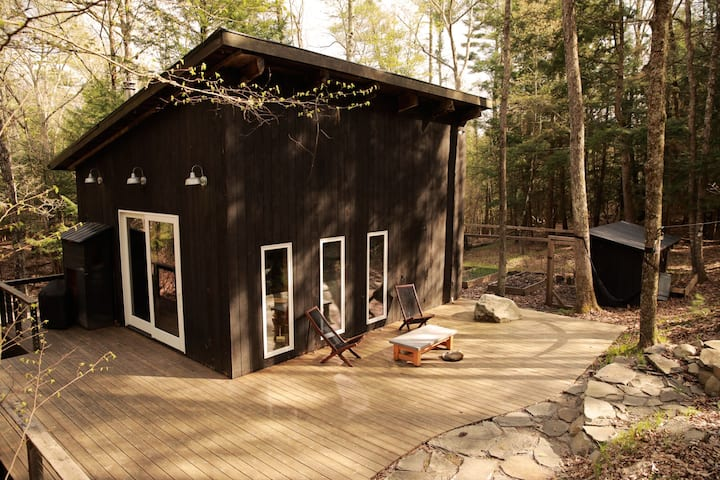 Black Olive Cabin in the Woods - Secluded, Modern