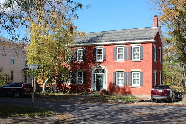 "Iconic ""1795 House"" in the heart of Vergennes"
