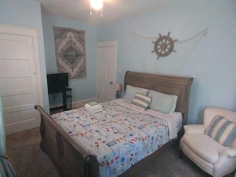 Beachy Queen room in the heart of Wilmington DE