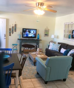 Charming condo in Gulf Shores..Perfect Location!