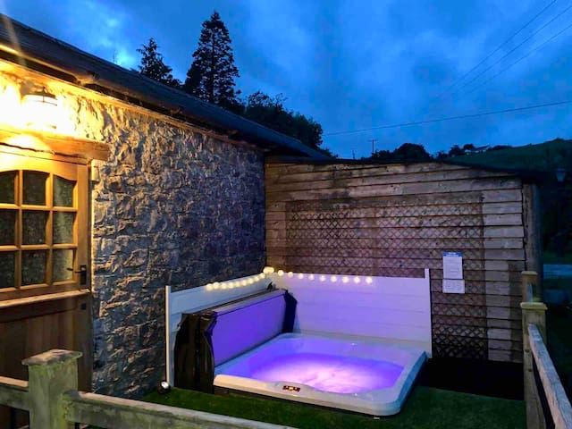 Cottage with hot tub close to Cardiff & Cowbridge