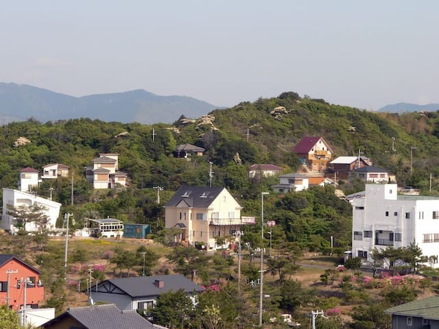 周辺風景(中央が宿)
