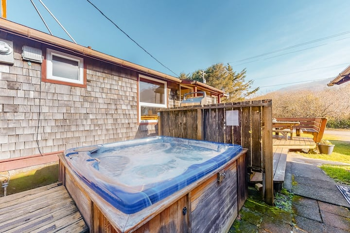 Perfect Retreat a Block from the Beach W/ Private Hot Tub & Fast WiFi - Dogs OK!