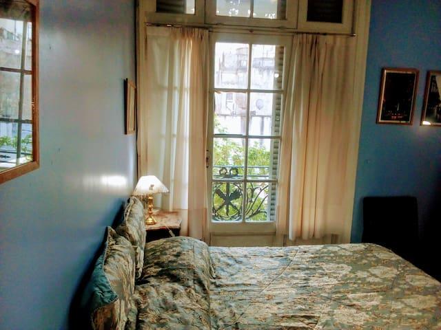 Distinguido cuarto artístico con grandes balcones