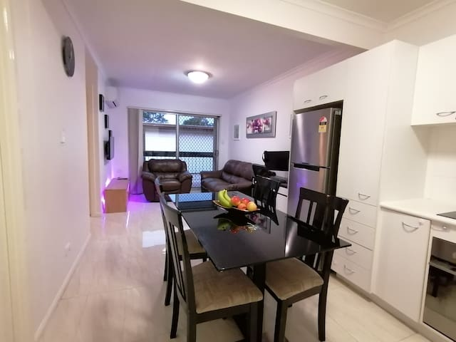 Lovely unit, close to train, airport and shopping