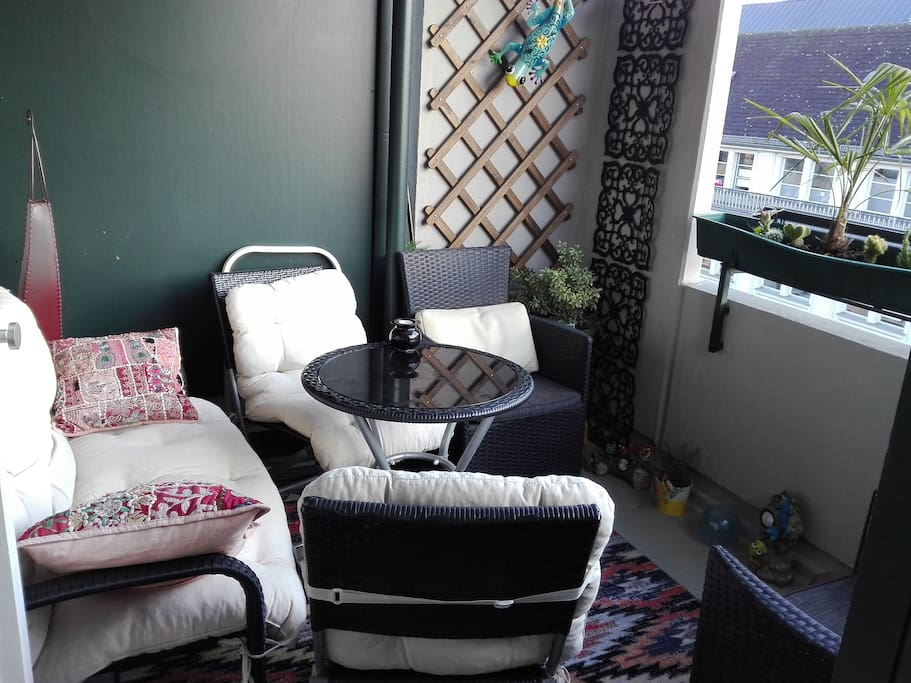 Überdachter Balkon  gehört zum gebuchten Zimmer,  zur Alleinnutzung.