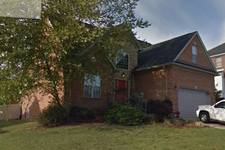 Large Room/Private Bath. Close to Louisville!