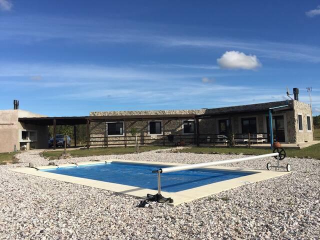 Energía y relax en Auras del Olivar de las sierras de Las Ánimas .Casa de piedra y cristales con piscina.