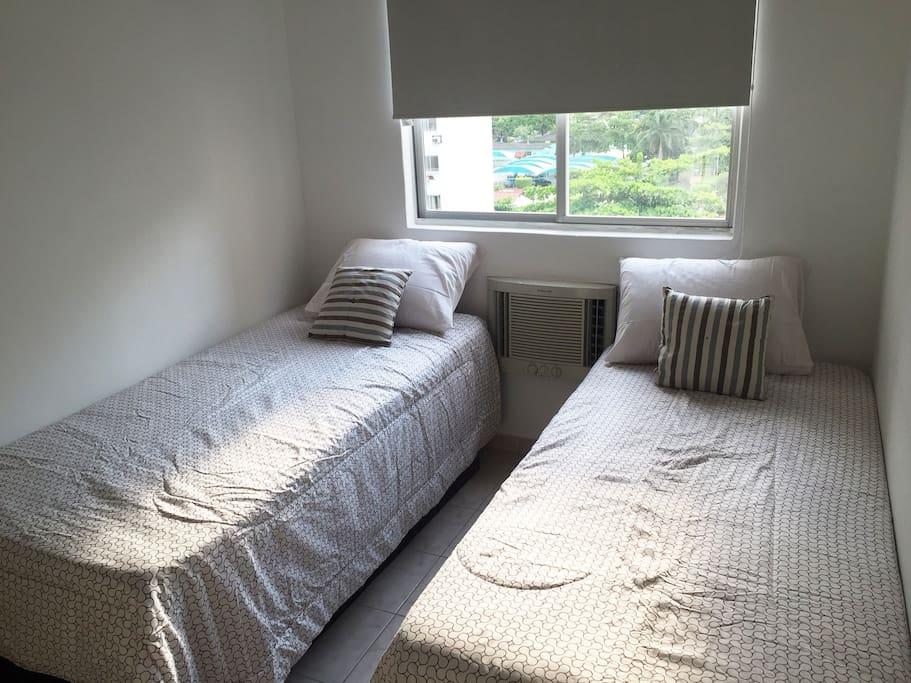 Quarto com duas camas de solteiro.