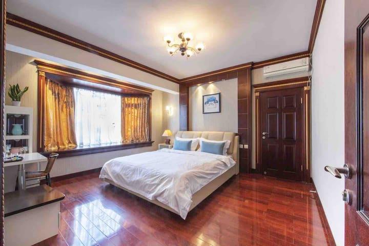 休闲大床房,宽大的漂台,沐浴着温暖的阳光,发呆,手游的美好时光