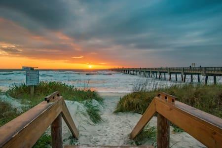 *NEW* BREEZY BEACH HOUSE - Spacious 3 Bdr/ 2 Bath - Jacksonville Beach - Apartemen