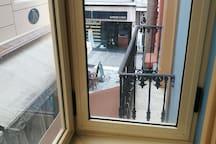 Vista real a calle Caldeleria, balcon cerrado y doble acristalamiento.