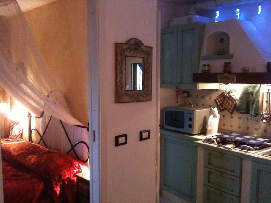 camera da letto e cucina - bedroom and kitchen