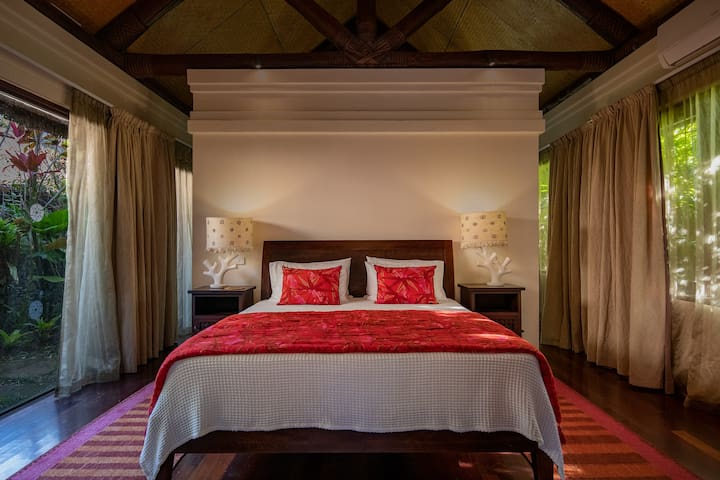 Garden Bure with seperate sitting area that can accommodate two single beds.  Air conditioning and fans and satellite TV & DVD.  Large ensuite with walk-in-robes and bath.  You can also enjoy a tropical outdoor shower in the private ensuite garden.