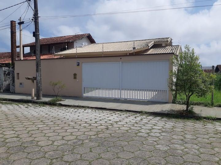 Casa aconchegante em Peruíbe, seu refúgio na praia
