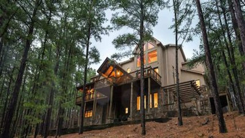 SECLUSION! Wild Horse Lodge - 2 1/2 Acre Private Lot with gated entrance 5 bedrooms (sleeps 20)