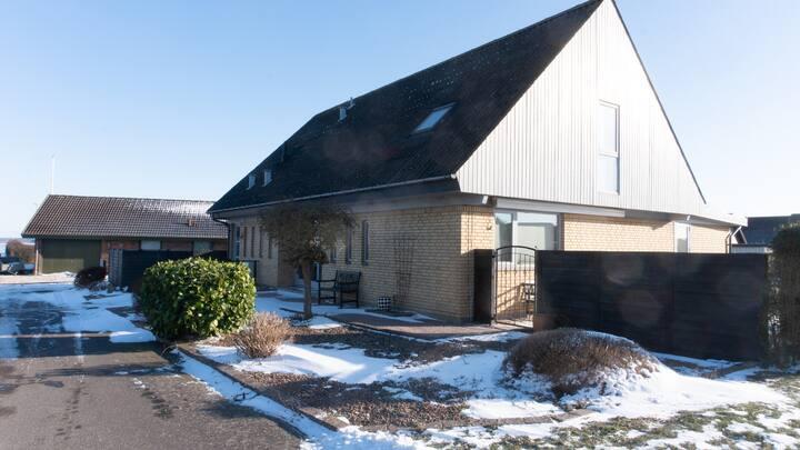 Hus i Karrebæksminde, med udsigt ud over fjorden