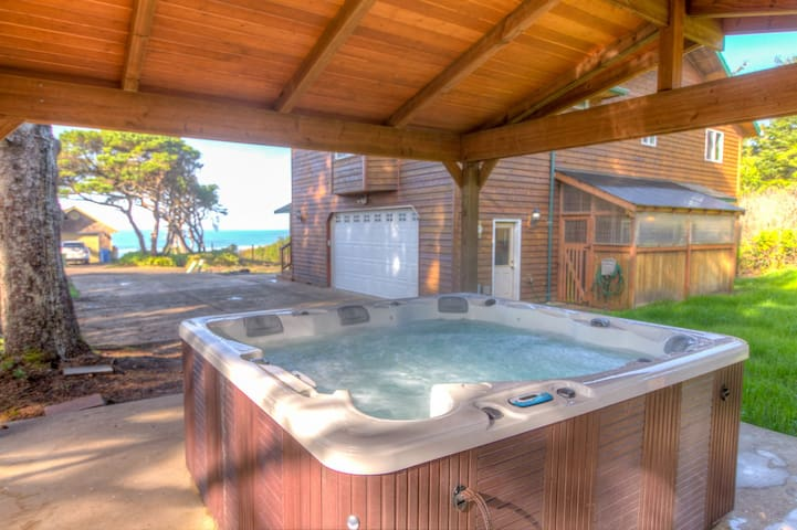 Beach Access Steps From Door! Spectacular Ocean View! Dogs Welcome! Hot tub!