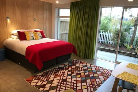 New, funky, central city studio - 30% off 2+nights