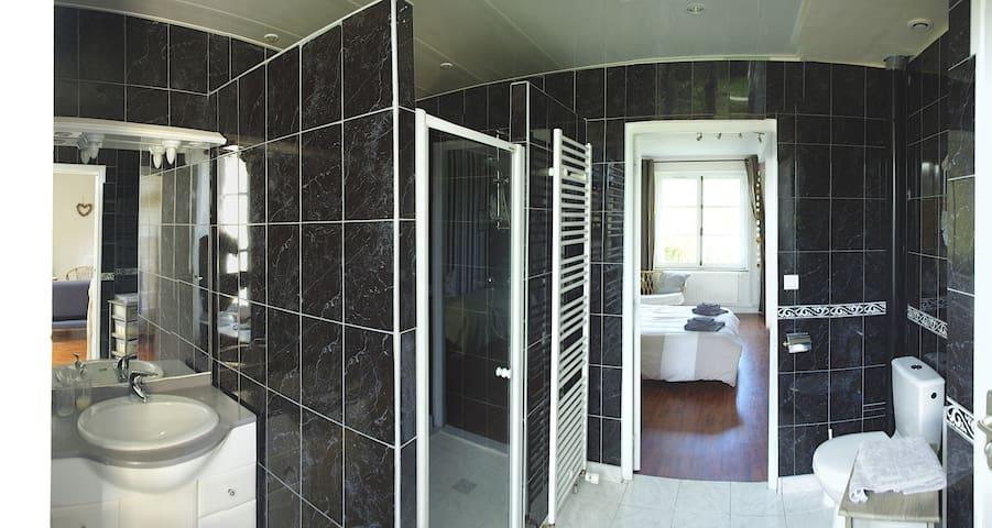 Salle de bain avec grande douche à l'Italienne.