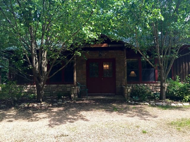 Domestic Tranquility Cabins- Hunter's Cabin - Eureka Springs
