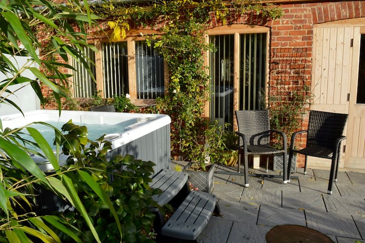 Beautifully appointed garden cottage with hot tub - Panxworth - Apartment