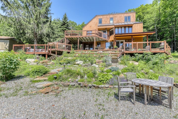 Lovely retreat w/ski & mountain views, private hot tub, pool table, & more!