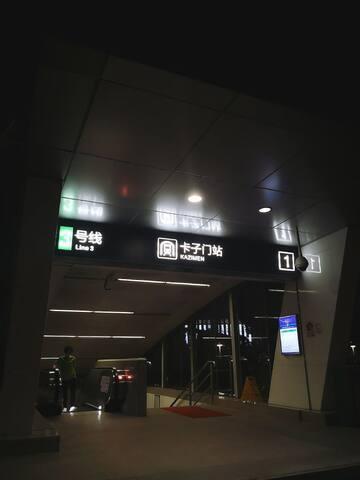 步行5分钟到达地铁三号线卡子门站