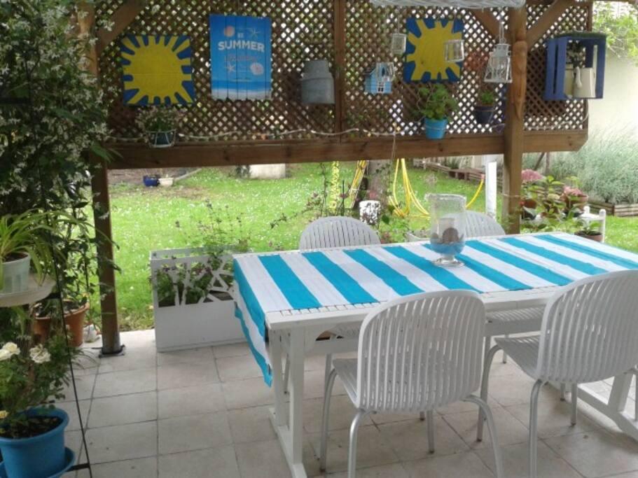 La terrasse couverte où, si le temps le permet Vous pourrez farnienter et prendre votre petit-déjeuner