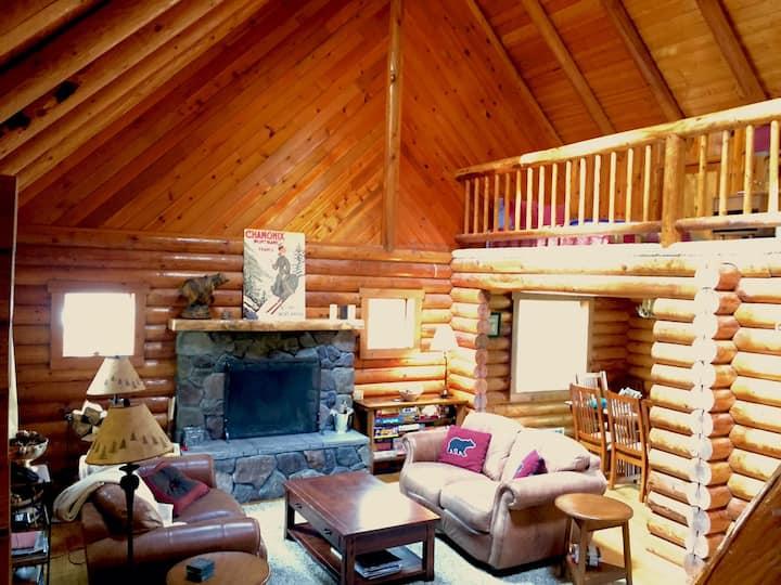Bear Lodge Log Home 4bd/2.5ba/hot tub/WiFi/3acres