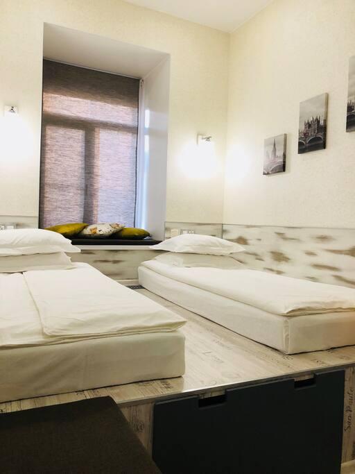 Кровати расположены на подиуме