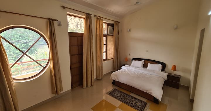 Mystic Cottages: Master Bedroom with Balcony