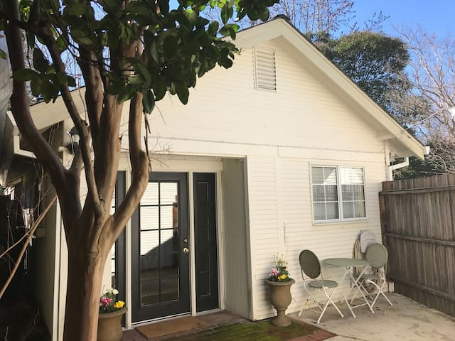 Charming Westside Cottage - Ukiah - Guesthouse