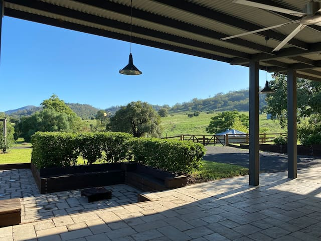 4 bed, 5 acres, 5 minutes to Tamworth CBD!