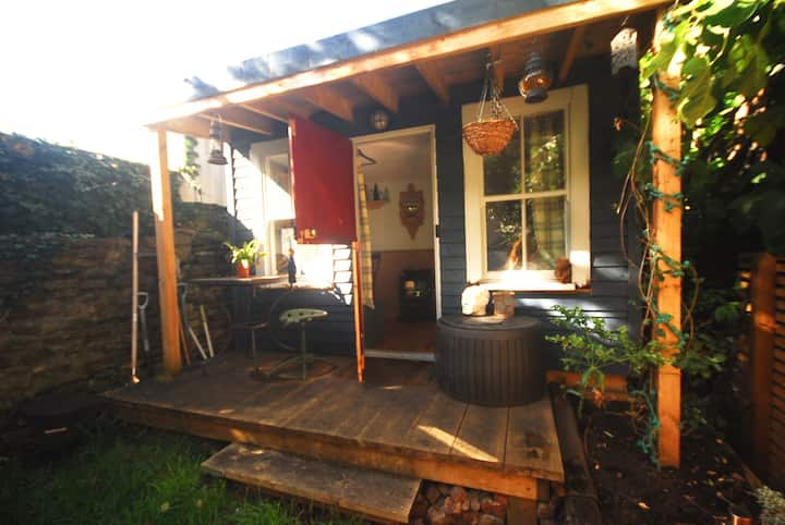 Quirky Cosy Cabin Near Bristol City Centre.