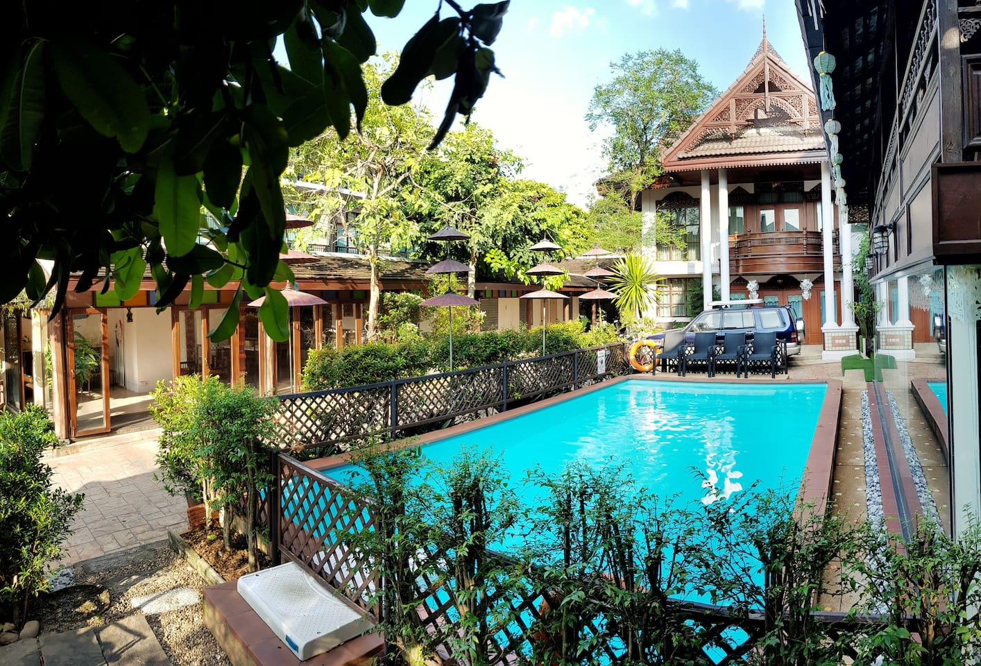 Peacefully located in the heart of Chiang Mai old town, Pha-Thai House offers an accommodations with gardens and an outdoor swimming pool. Free WiFi is available throughout the property. It is a 5-minute walk from Chiang Mai Gate and a night market.