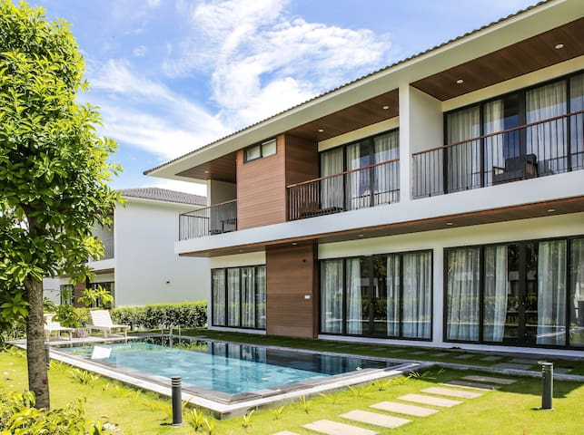 M Villas Seaside w 4 Bedrooms + Private Pool for 8