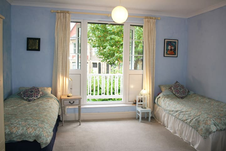 Bright & airy double room with kitchen & shower.