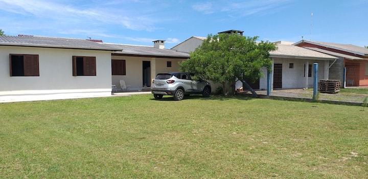 Casa grande com amplo terreno em Imbé.